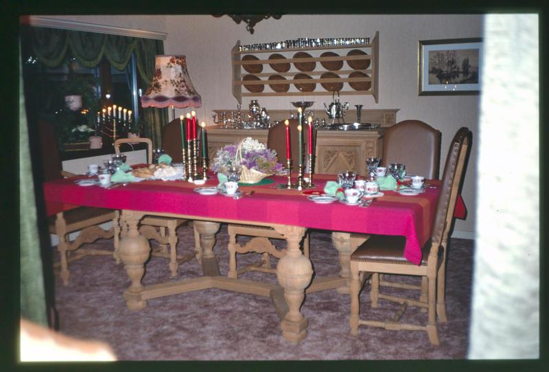 Privat foto av spisestuen i Villa Sandmo i 1980-årene. På dette tidspunkt var en bonderomantisk stil populær i mange hjem