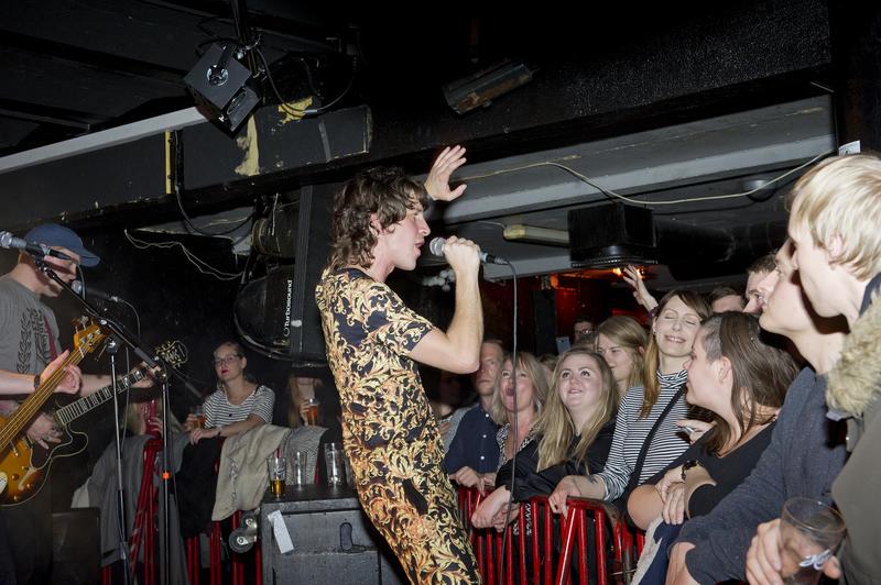 Frontfigur i Hjerteslag, Robert Eidevik, hadde publikum i sin hule hånd gjennom hele konserten. Foto: Helge Skodvin. (Foto/Photo)