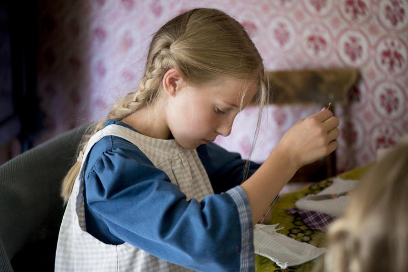 Den skal tidlig krøkes ... Barna måtte tidlig lære å sy, stoppe og reparere ting.