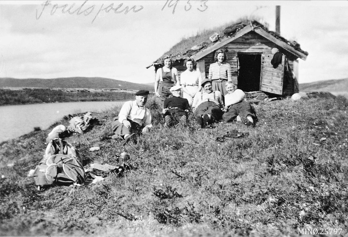 På tur til Osbua ved Forelsjøen.  Personene på bildet er: Aksel Akeren, Torger Oshaug, Ola J. Os, Aud Engan, Åse Rigmor Breen, Inger holøyen