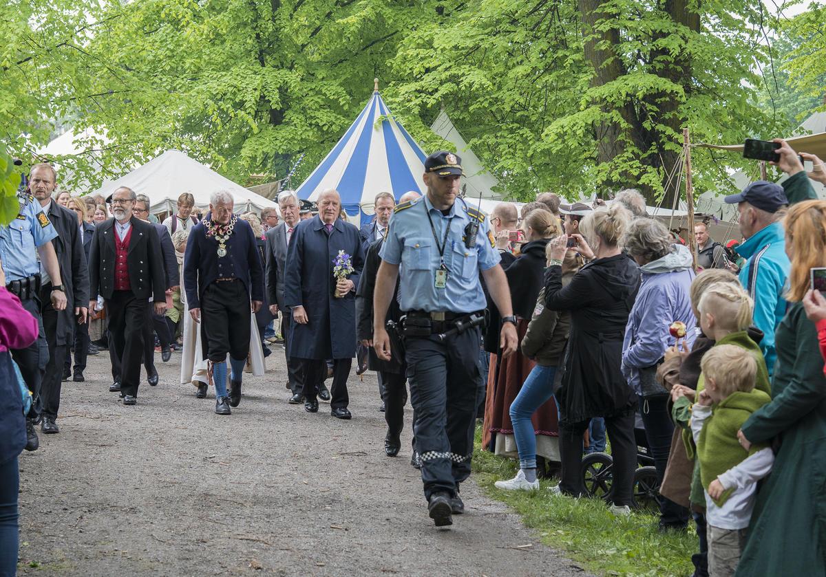Stort oppmøte for å hilse kongeparet (Foto/Photo)