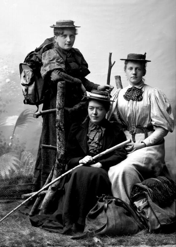 Portrett kvinner med turklær og utstyr