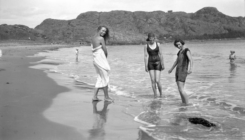 Kvinner i strandkanten