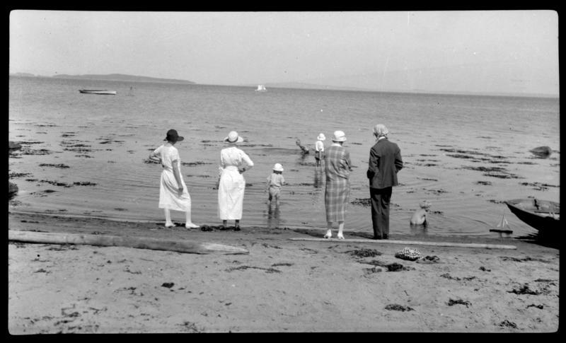 Mennesker i strandkanten