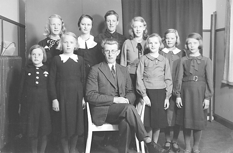 Bibel-klass i Filadelfia 1937-38.Pastor Artur Johansson.Vega    senare gift JonssonSonja Holm + tre kusiner: Aina, Inga och Anna-Lisa.Erik Broberg, Asta Lindberg, Berit Gustafsson, Sonja Stomberg