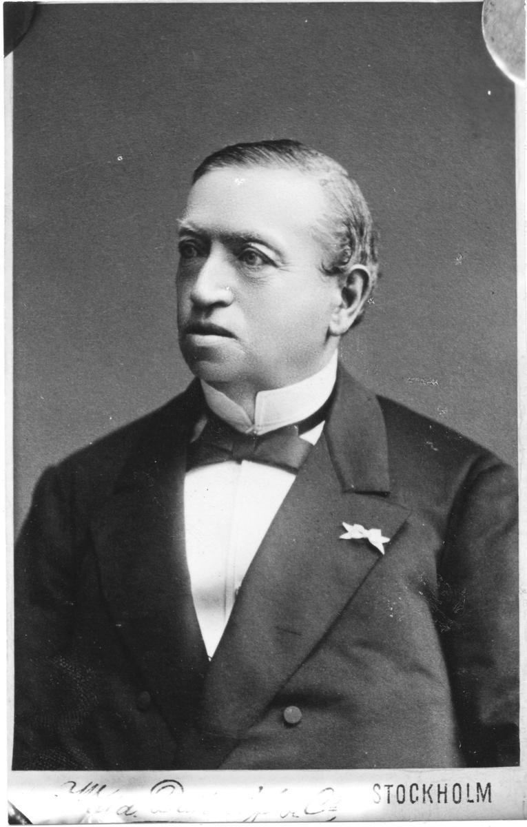 F.O. Flensburg född i Malmö 1820, död i Gävle 1883. Verksam som apotekare vid Apoteket Lejonet från 1844 fram till 1857. (Ägare 1846-1861). Efter detta blev han handels- och industriman och startade flera fabriker inom trä och cellulosa. Blev 1871 tysk konsul i Gävle. Far till grosshandlaren, politikern och konsuln Oscar Flensburg.(Bild: B 259)