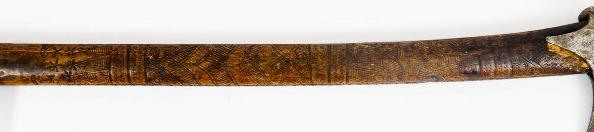 Asymmetrisk blad med lang øvre spiss og kortere nedre spiss. Bladet er tynt, med påsmidd noe tykkere egg. Øksehammeren har skaftehull og fliker. Smedmerke formet som et skjell.  Skaftet er svakt krummet. Skaftet er merket på ryggen ESTEN LEFVORSØN 1675 .Skaftet har skåret dekor i felter.