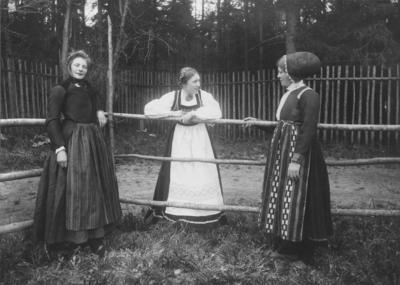 Kvinner i folkedrakter 1903 NF.00657-027 (Foto/Photo)