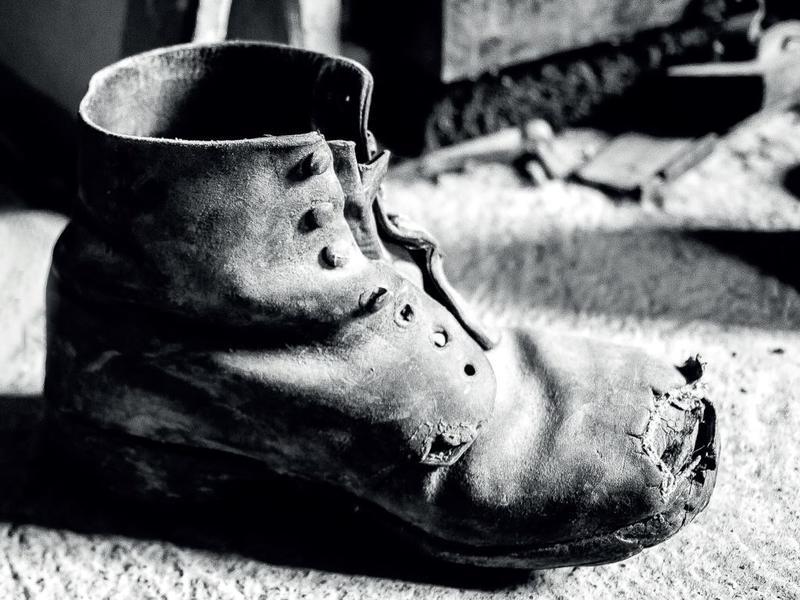 Alfredo vokste ut av de utslitte skoene, men hadde ikke råd til nye. Illustrasjonsbilde. (Foto/Photo)