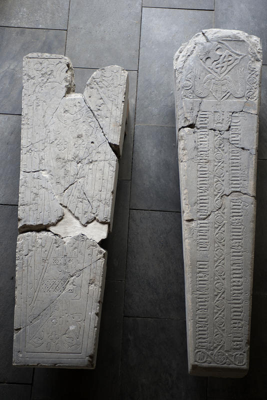 Gravsteiner fra middelalderen som har ligget på gravene til hamarbiskopene Herman og Peter ligger side om side i utstilling. (Foto/Photo)