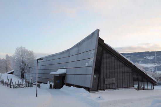 VELKOMSTBYGGET på Valdres Folkemuseum stod ferdig i 2010 og er teikna av Lund Hagem Arkitekter. Her er museumskafé, utstillingar, festsal, museumsmagasin og museumsbutikk. Bygget har òg gikk rom for større grad av heilårsaktivitet.