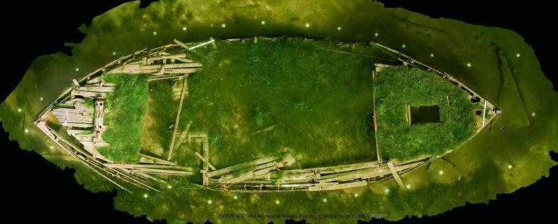 Ortofoto basert på fotogrammetri av mjøsjakten Wega. Vraket ses ovenfra. Dekket er nesten helt overgrodd av vegetasjon.