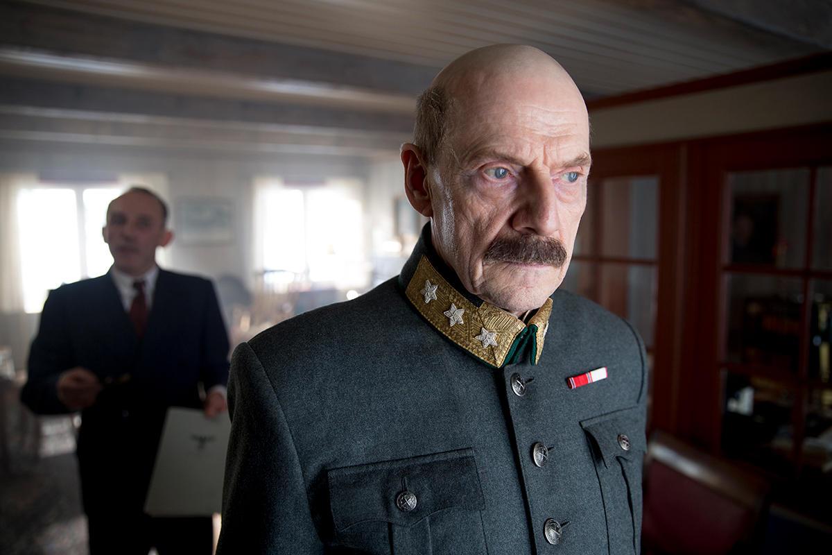 På Elverum folkehøgskole prøver  Bräuer å overtale Kongen personlig til  å utnevne Quisling som statsminister. Foto: Tine Poppe/Paradox.