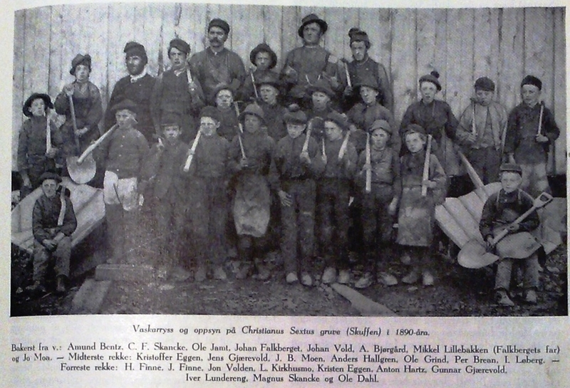 Vaskarryss ved Christianus Sextus gruve i 1890-åra. Johan Falkberget nr. fire fra venstre bakerst.