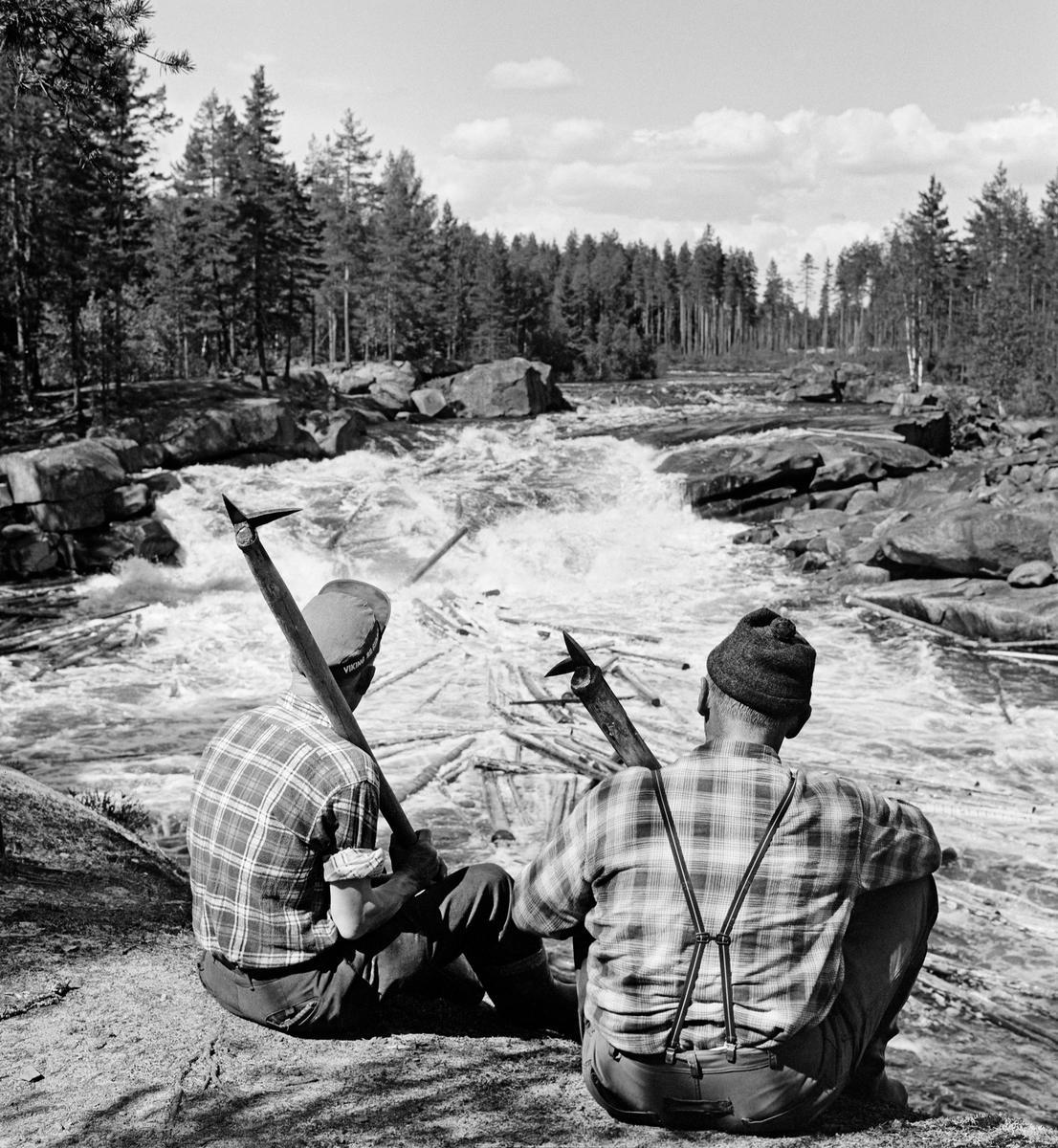 Bildet viser to tømmerfløtere i 1969 ved et av Flisfallene i elva Flisa, Hedmark (Foto/Photo)