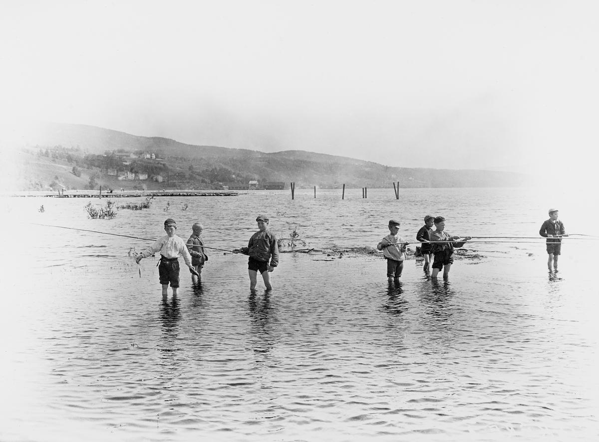 Barn som fisker i Mjøsa på tidlig 1900-tallet. (Foto/Photo)