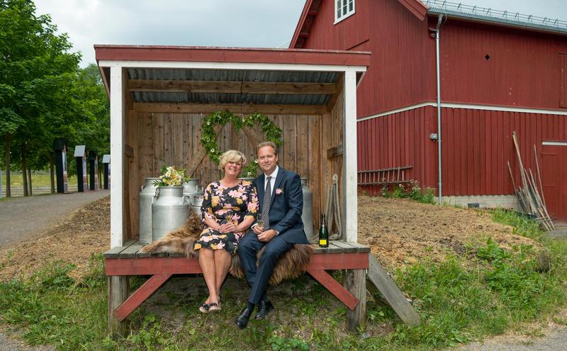 Tidenes bryllup, brudepar sitter i melkerampe