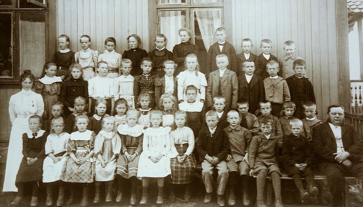 Korslundskolen, Stange. Gruppe skoleelever, lærere. 2. rekke nr.5 f.h. Lars Ødegård f. 1890. 1 rekke f.h. lærer Movincel. 2 rekke f.v. frøken Dæhli.