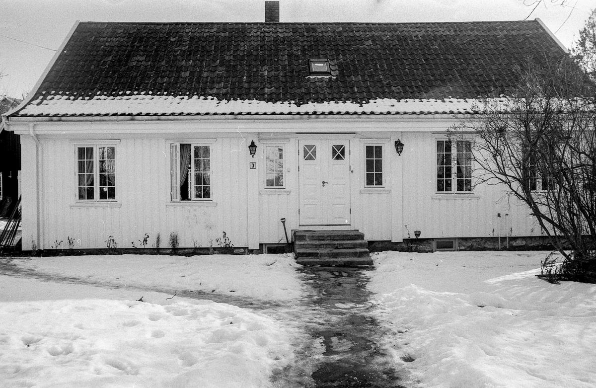Empirehuset i Seimbakken i Drøbak er nyrestaurert. Hedersplakket tildelt Liv og Fredrik Stabel.