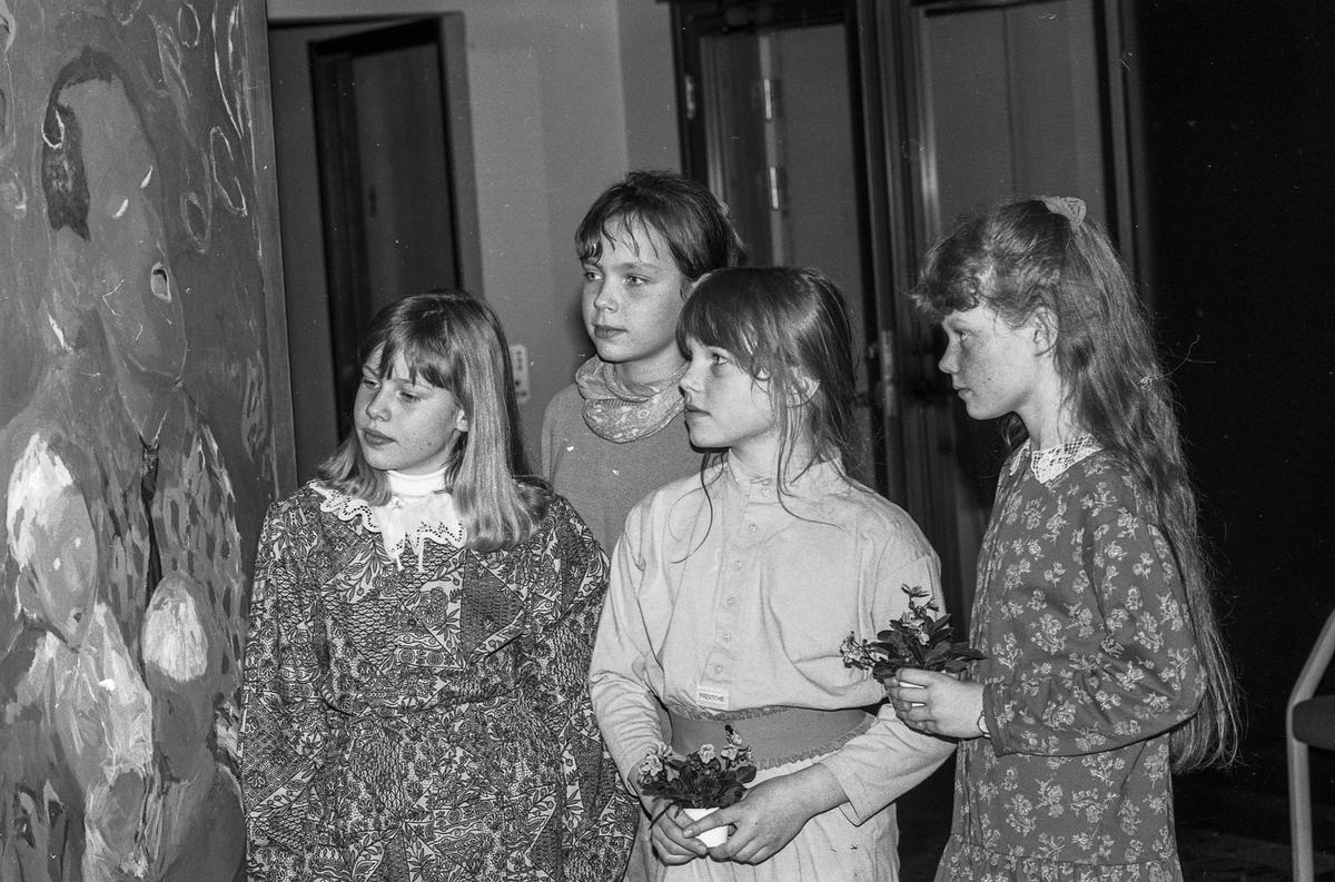 Kunstutstillingen Barndom i vestibylen i Oppegård rådhus.