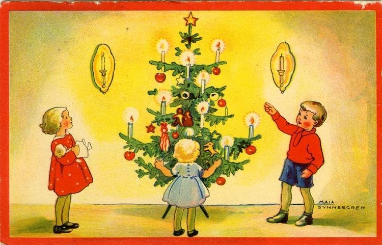 Tre små barn står runt ett dekorerat och ljust julgran