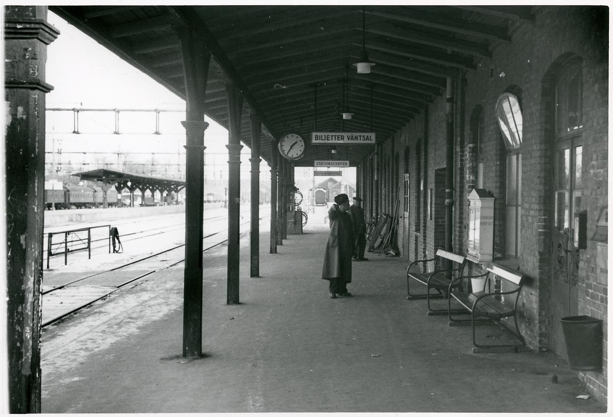 Resande vid okänd station.