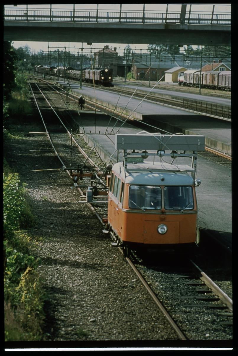 """Motordressin med mätvagn """"FOMUL"""" vid Älmhult station."""