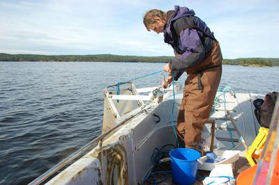 """Denne """"sleden"""" drar man etter båten og fanger bunndyr som lever på bunnen av innsjøen."""