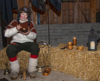 Fjøsnissejenta inviterte publikum innom sin krok i stallen.