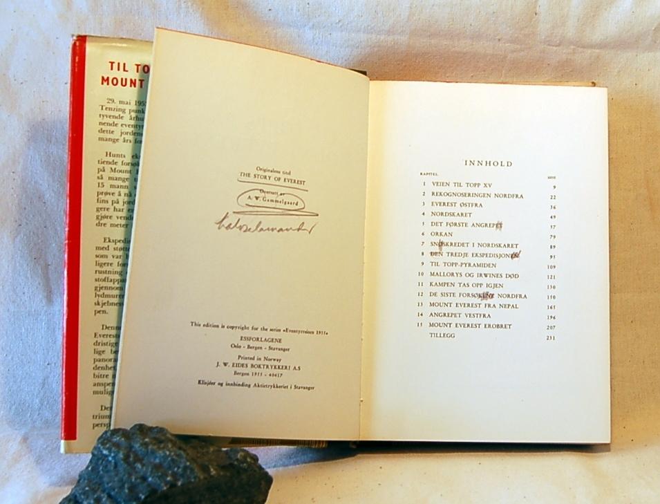 Filosofen Peter Wessel Zapffe og hans kone Berit testamenterte sin eiendom på Båstad i Asker til Universitetet i Oslo. Da det ble besluttet å selge eiendommen i 2009 ble deler av P.W. Zapffes arbeidsrom og andre eiendeler overlatt til Asker Museum. Denne samlingen inngår nå som en permanent utstilling på museet. Smussomslag, notater.
