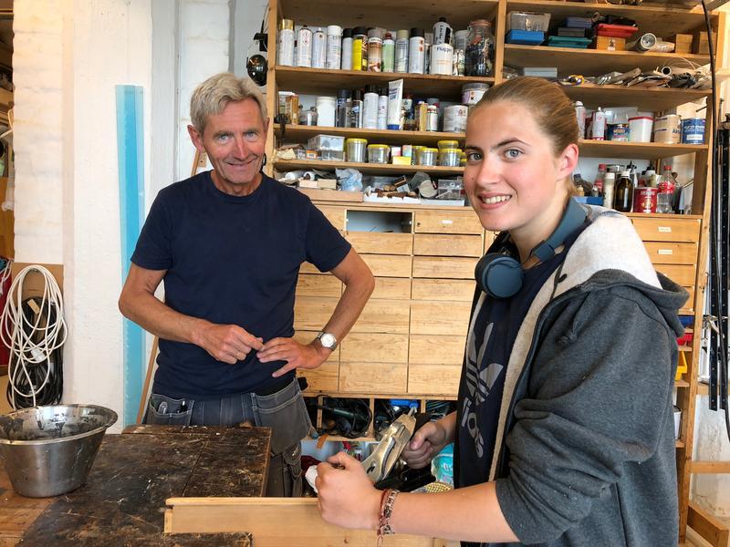 Snekkermester Kunst Rishovd på Gjettum har lange tradisjoner med å ha lærlinger i samarbeid med Trhå. Hedda Brynjulvsrud er allerede godt i gang med verdiskaping på verkstedet etter et halvt år i lærebedriften.