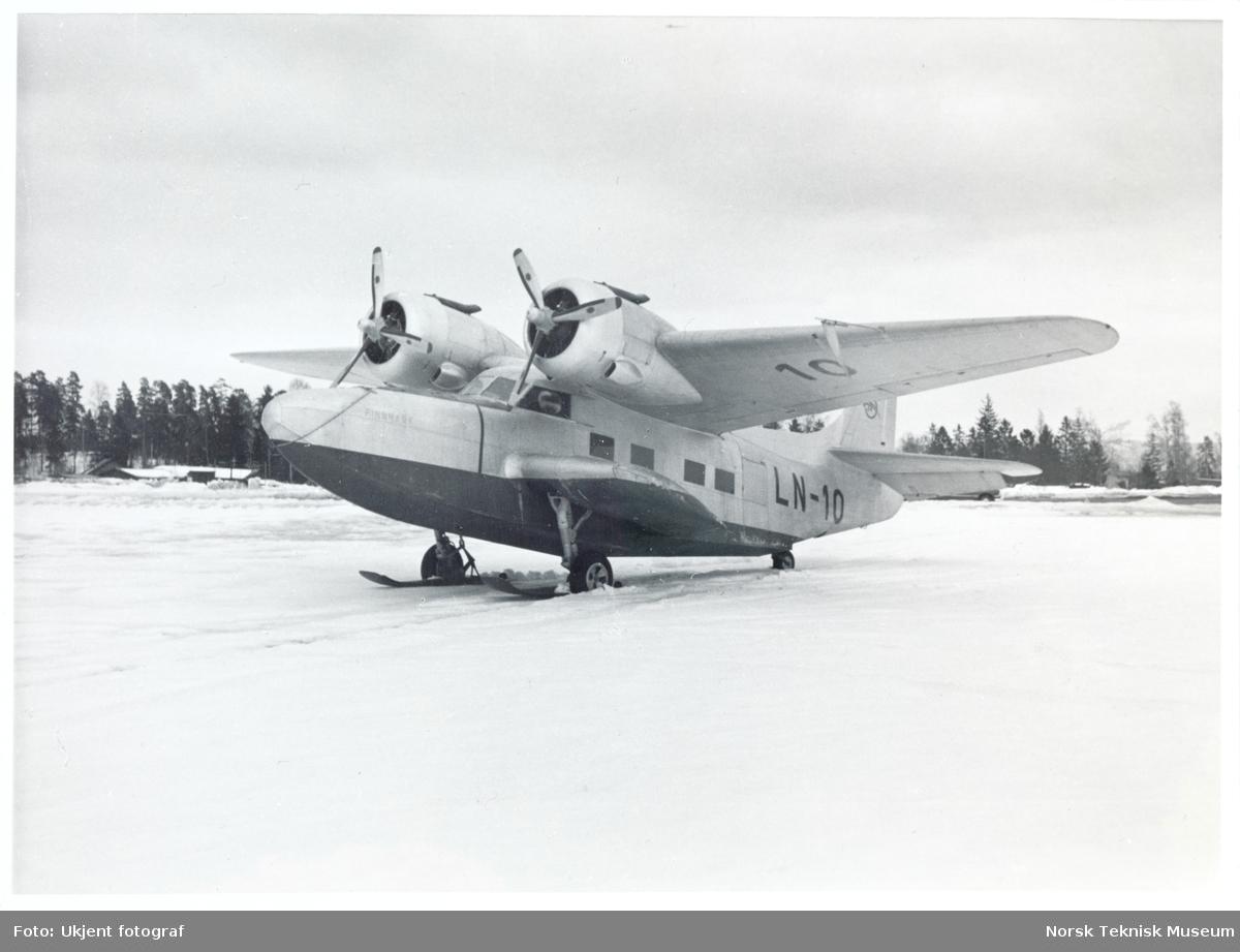 """Flyet 5-A """"Finnmark"""" står med skimeier på en snødekket flate."""