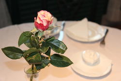 Pyntet bord med rose i forkant og kaffeservice i bakgrunnen (Foto/Photo)
