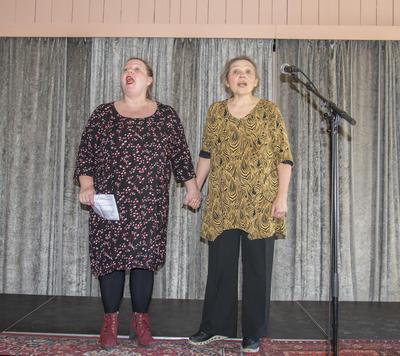 """Torill Nybrott og Kirsti Hougen ga oss smakebiter fra teaterstykket """"Rød tråd"""" som har première 1. mai 2019."""
