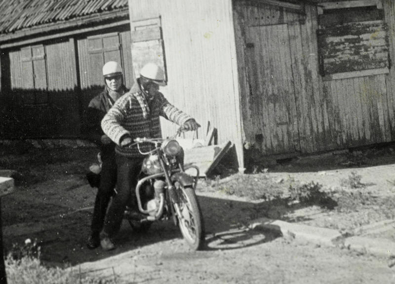 Her skal Sigurd Erik Johansen (foran) og Harald M. Karlsen (bak) på tur til Kragerø. Da Sigurd ble 16 år ville han ha motorsykkel. Takket være konfirmasjons-penger, penger han tjente på sjokoladesalg og gaven fra Steffensen, fikk han kjøpt en Tempo Swing 125 cc. Den ble utstyrt med lastebrett og veltebøyler. (Foto/Photo)