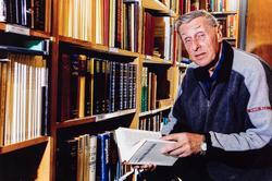 Abram Kjell Sørdal i biblioteket på Dalane Folkemuseum