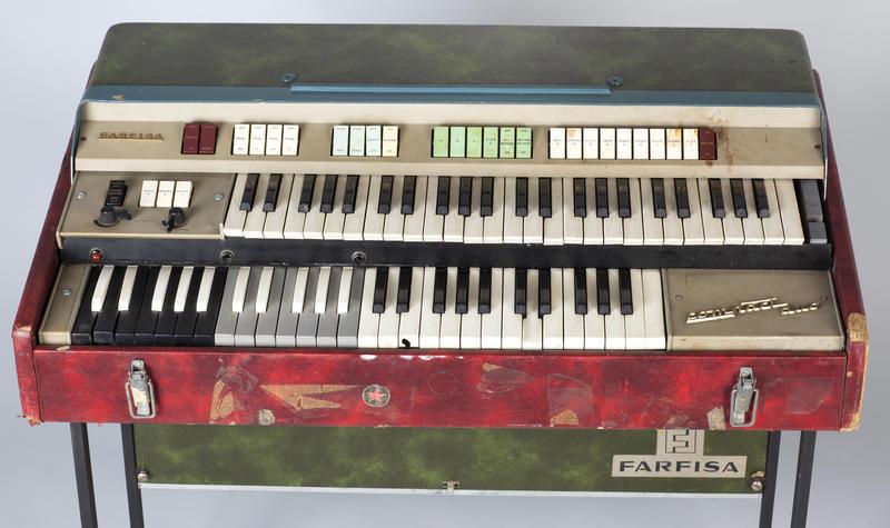 Orgelet har to tangentbrett, og en kombinert strømforsyning og effektboks med fjærklang følger med. Kombinert med ekkomaskin var denne Farfisa-typen også viktig for Pink Floyd fra slutten av 1960-tallet og fram til og med Dark Side Of The Moon.  Foto: Uta Freia Beer/Rockheim