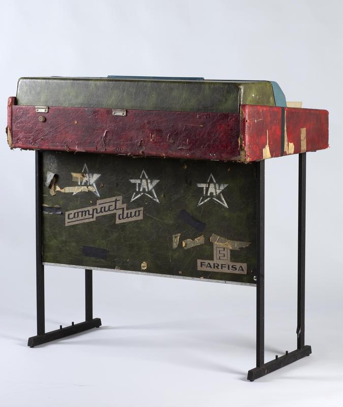 Farfisaen er av merket Compact Duo. Orgelet bærer preg av hardt turneliv og har på grunn av materialtretthet (?) nok dessverre spilt sine siste toner. Før det ble tilbudt Rockheim, hadde instrumentet i mange år stått på et loft i Bergen.  Foto: Uta Freia Beer/Rockheim (Foto/Photo)