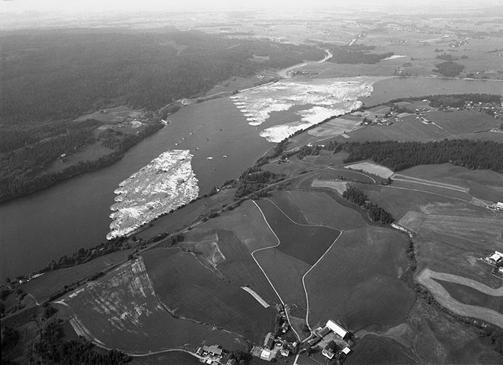Flyfoto over parti av elv med mange tømmerstokker holdt på plass av lenser. (Foto/Photo)