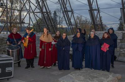 Musikere og kor i middelalderklær.