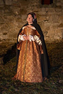 Jomfru Karine står i fint lys med den vakre kjolen og hodepynten sin.