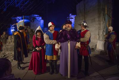 Biskop Mogens tas til fange av Truids soldater. Margrethe følger ham ut. (Foto/Photo)