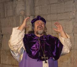 Biskop Mogens løfter armene fortvilet. (Foto/Photo)