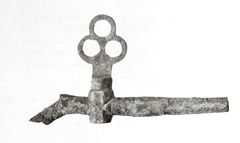 """Tverrgående metall""""pinne"""" med liten knekk ned på venstre side. Nokså langt ute til venstre på """"pinnen"""" (som er hul) sitter en slags ventil med et trekløverformet håndtak. (Foto/Photo)"""