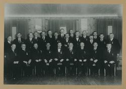 Gruppebilde av 25 menn dekorert med Det Kongelige Selskap fo