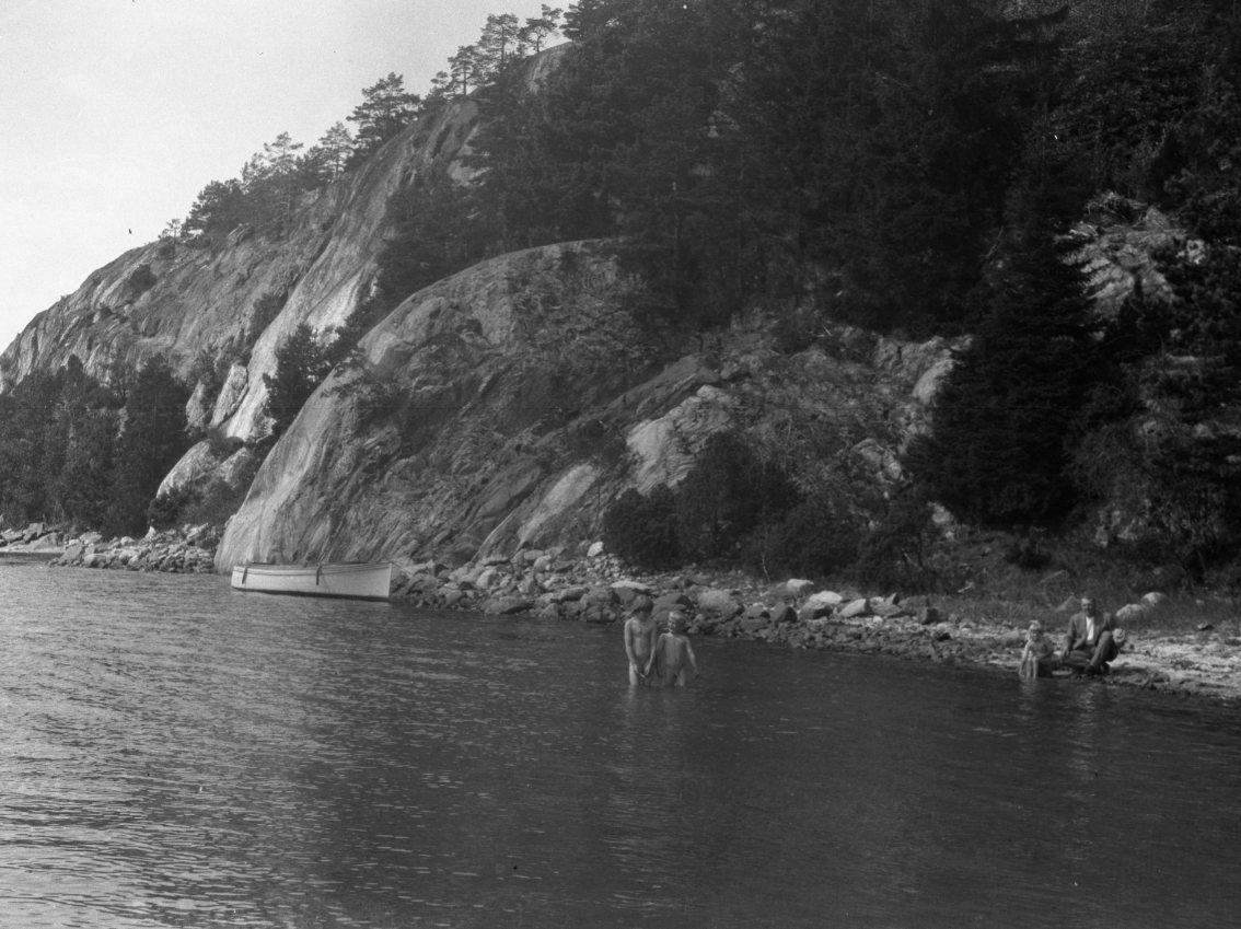 Far med tre badende barn, Kalstadkilen? Ca. 1920 - 30