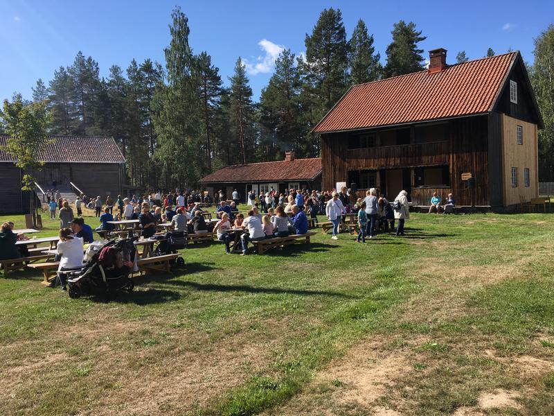 Folk på tunet, Liv i stuene. Foto/Photo