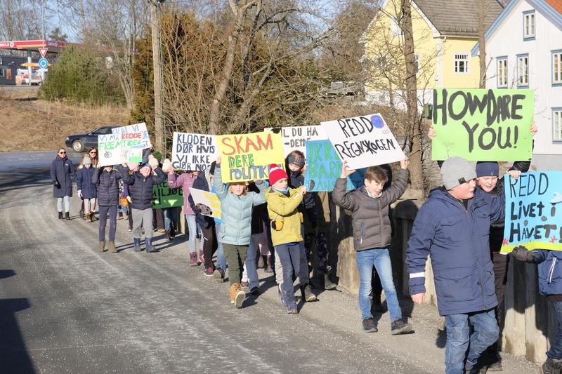 Klima opptoget som elevene fra Eidsvoll Verk skole laget er på vei til Eidsvollsbygningen. (Foto/Photo)