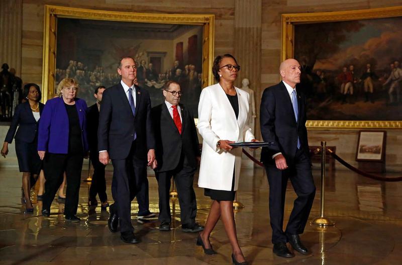 Medlemmer av Representantenes hus leverer riksrettstevningen av president Trump i januar 2020. På vei inn i Senatet passerer de John Trumbulls bilde The Declaration of Independence. Foto Scanpix. (Foto/Photo)