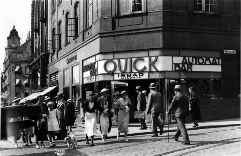 Hjørnet Karl Johans gate og Akersgata, Oslo 1935. (Foto/Photo)